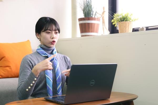 写真 オンラインで手話通訳をする様子