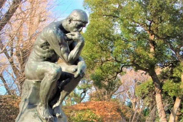 写真 思索にふける人をモデルにしたブロンズ像