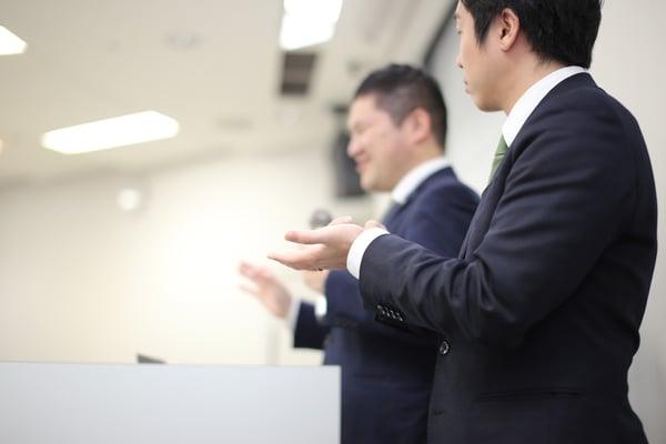 手話通訳をしている写真