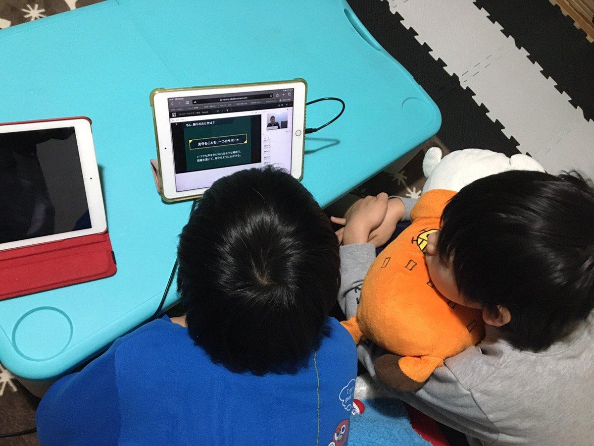 小学生2人がタブレットの前に座り、ユニバーサルマナー検定を受講している様子