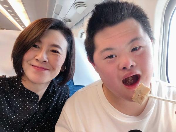 写真 筆者の岸田と息子さんの笑顔のツーショット