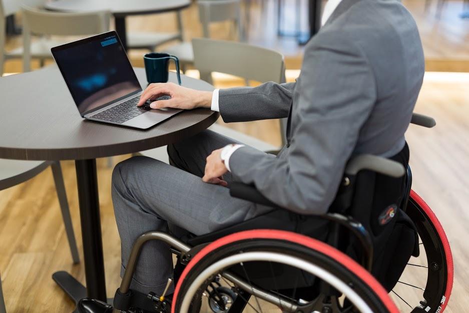 車椅子でオンラインでの研修を受講する様子