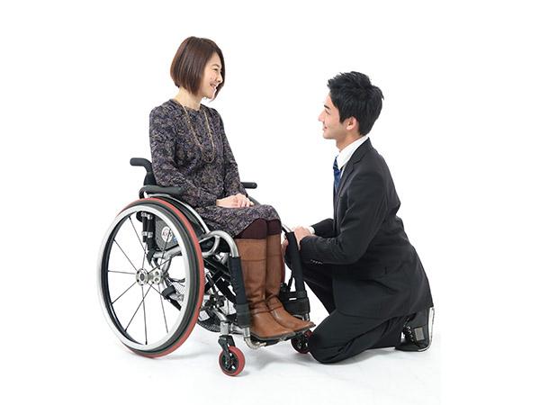 車椅子ユーザーとの会話の様子